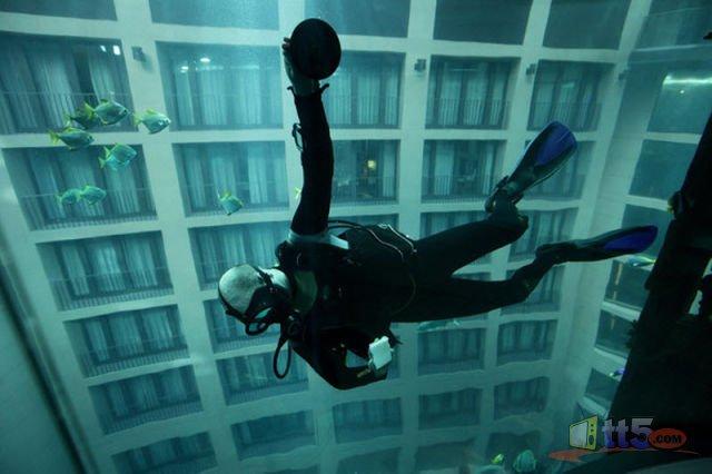 مصعد كهربائي داخل حوض مائي 572324053.jpg