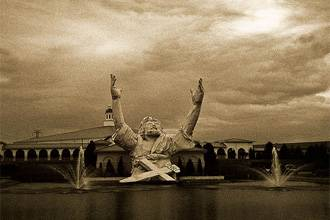 صاعقة السماء تلتهم تمثال اليسوع
