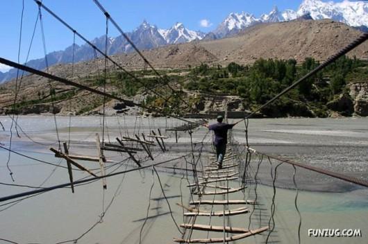 صور الجسر الأخطر في العالم 272992397.jpg