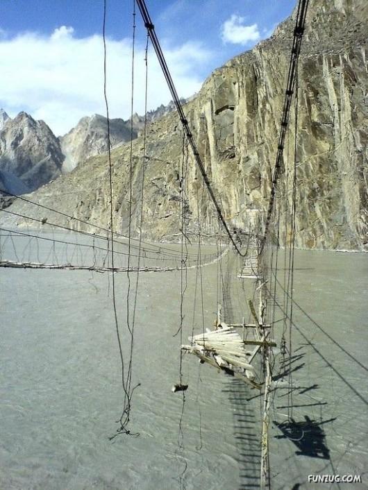 صور الجسر الأخطر في العالم 431329980.jpg