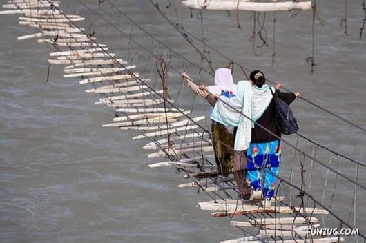 صور الجسر الأخطر في العالم 587700153.jpg