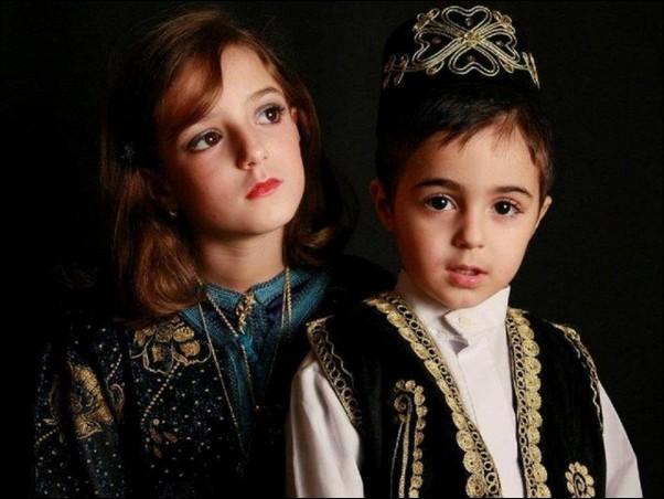 اطفال باللباس التقليدي الجزائري 925834697.jpg