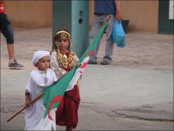 اطفال باللباس التقليدي الجزائري 134362378.jpg