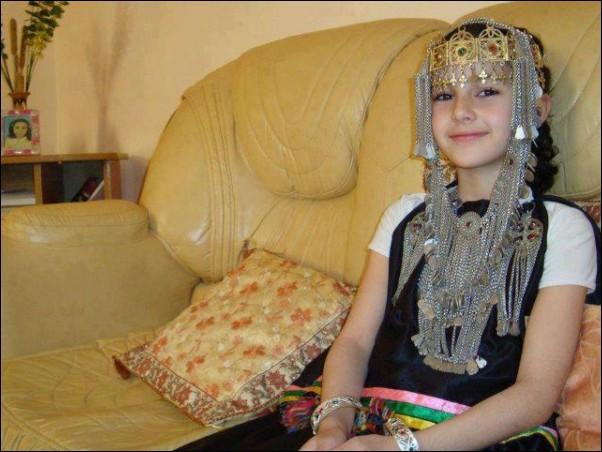 اطفال باللباس التقليدي الجزائري 931959850.jpg