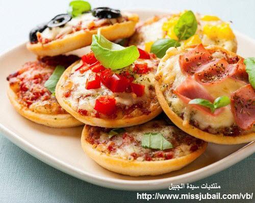 البيتزا بالجبن الموزاريلا والدجاج