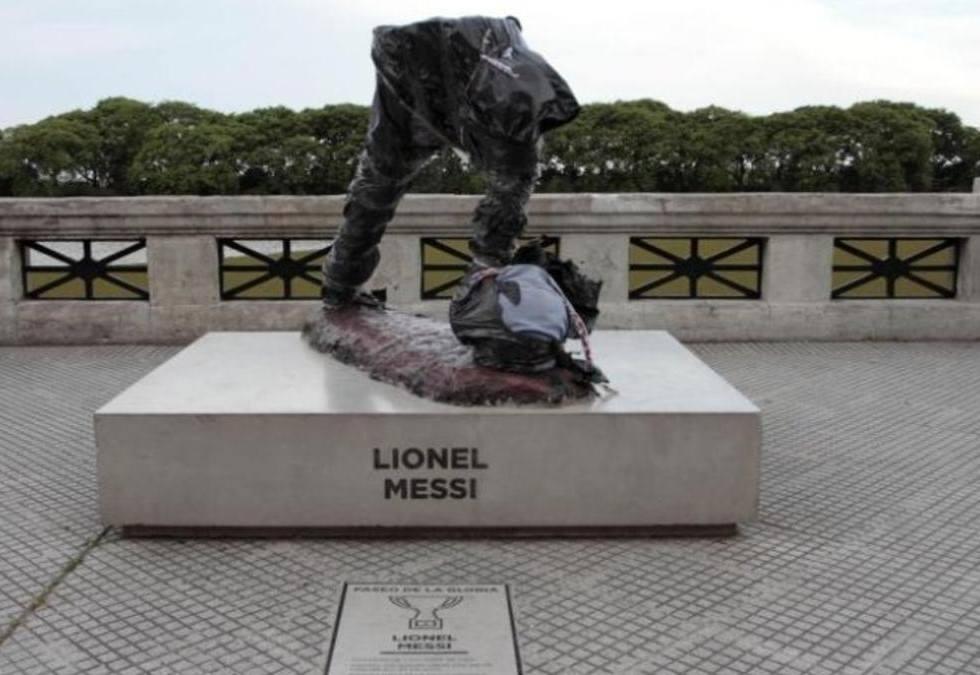 ميسي يفقد رأسه في بوينس آيرس 436576771.jpg