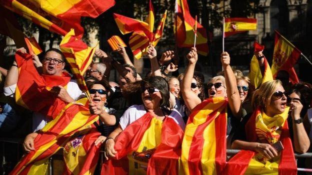 مظاهرات حاشدة في برشلونة للاحتجاج على قرار قاضية إسبانية بحبس ثمانية من الوزراء الكتالونيين
