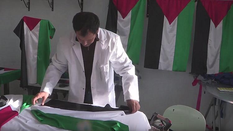 تونسي يصنع الأعلام الفلسطينية ويوزعها مجانا على المدارس نصرة للقدس